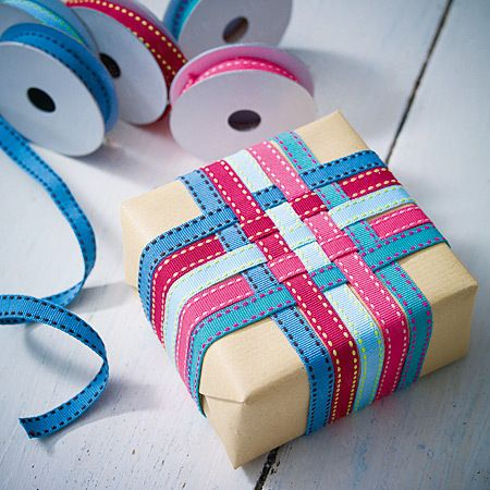 Amazing how a simple ribbon weaving dresses up plain paper! ✂️Geschenke verpacken - Präsente kreativ verhüllt - baender2  Rezept