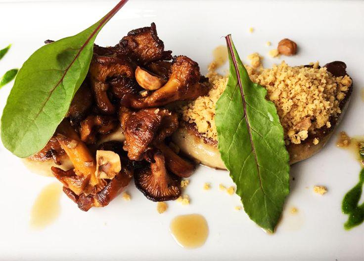 Escalope de foie gras poêlée, crumble aux épices et girolles, à déguster pour le réveillon de la Saint-Sylvestre au River Café (Issy-les-Moulineaux). #rivercafe #restaurant #issy #foiegras #girolles #reveillon #repasdefetes