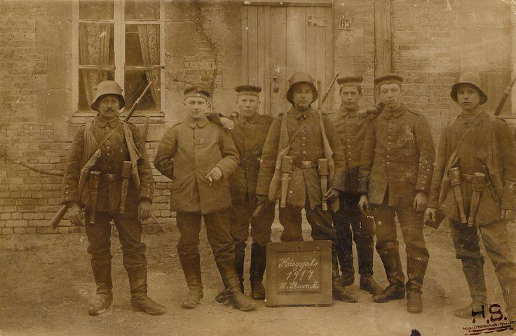 Hommes de la II Sturmkompanie en 1917 équipés de grenades à manche. On remarquera que le soldat de droite dispose d'un couteau de tranchée.