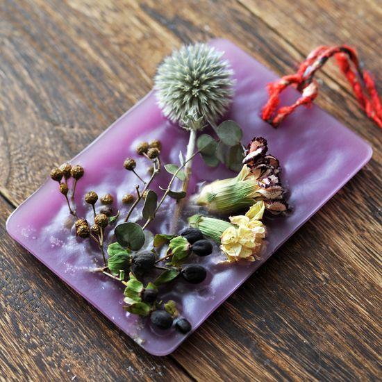 ドライフラワーキャンドル作り方をご紹介。プレゼントに送ったら絶対に喜ばれるアイテムです♪お部屋に飾るだけでアロマに香りに包まれて見てるだけで癒されます。