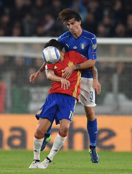Alessio Romagnoli of Italy heads the ball during the FIFA 2018 World Cup Qualifier between Italy and Spain at Juventus Stadium on October 6, 2016 in Turin, Italy.
