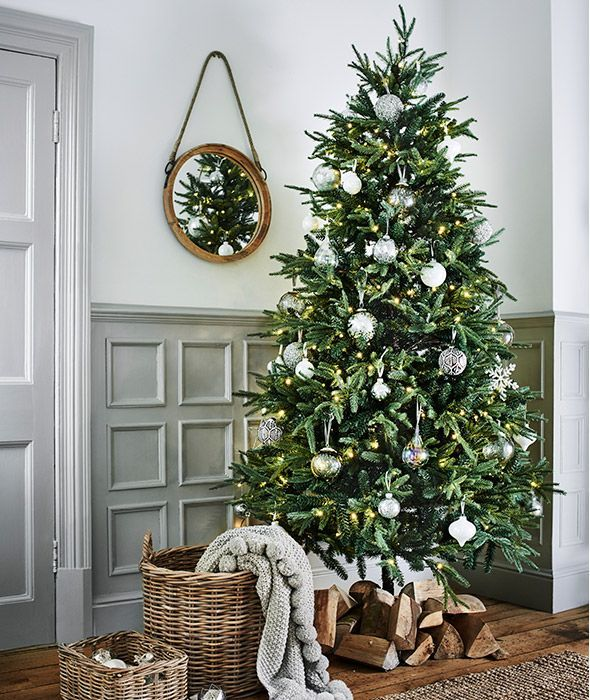 Modern Christmas Tree With Minimal Silver And White Christmas Tree Decorations Modern Christmas Tree White Christmas Tree Decorations Modern Christmas