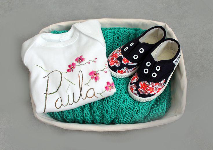 Canastilla compuesta por mantita, zapatillas y body. Más información sobre como crear tu propia canastilla en nuestra página web:  http://www.lolitalunakids.com/es/crear-canastilla