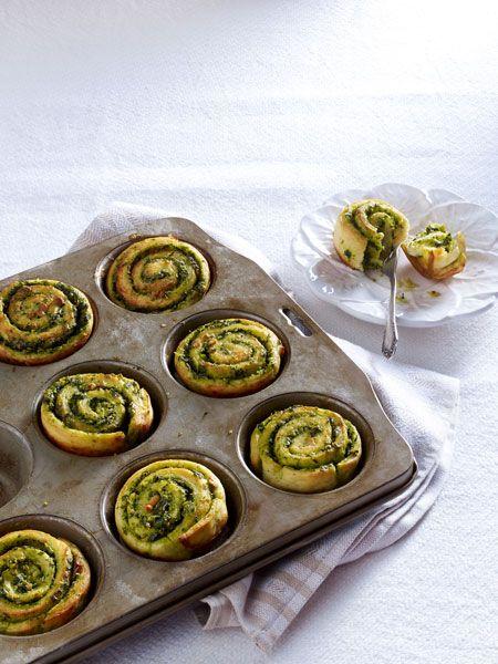 Die kleinen Schnecken-Brötchen aus Kartoffelteig sind mit einer Bärlauch-Creme gefüllt.