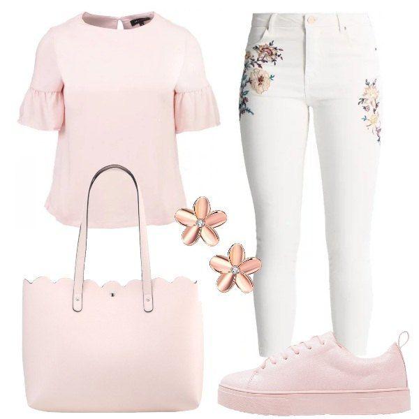 I jeans skinny bianchi con ricami floreali sono abbinati alla camicetta con volant sulle maniche e alle sneakers platform. La borsa shopping ha la chiusura magnetica. Gli orecchini color oro rosa sono a forma di fiore, con strass al centro.