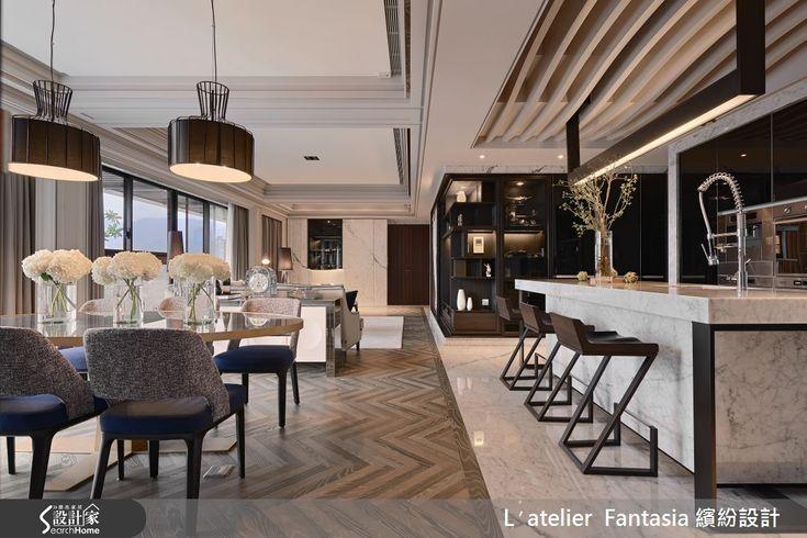 53 坪居宅享有超優的採光條件,全室利用灰色石材發想,並融入輕盈不失穩重的棕色調,豐富整體層次,同時保有明亮清爽感,打造出經典雋永的新古典風格,快跟著小編一起走進來看看吧! 客廳中,於天花加入玫瑰金鍍鈦收邊,體現大器帶有精緻感的新古典風格,電視牆則採黑木板作跳色處理,一旁規劃可挪動的城市照片大圖輸出門片,可遮住展示櫃或電視,構成視覺焦點,地坪鋪述染色木地板,透過人字圖紋表露有如地毯般的暖意,映襯棕色家飾與家具,點綴少許溫樸韻味;電視牆轉角則規劃展示櫃體,一路延伸至廚房場域,順勢導引動線,無形消弭 L 型的刻意轉折,吧檯採以灰白石材、深棕鐵件型塑時尚畫面,加入具流線感的天花板與家具造型,在簡約中呈現躍動;主臥床頭加入了皮革繃布,營造金屬光澤,並於牆面、門片加入鍍鈦收邊框架,建構古典摩登的立面表情! 小編的最愛 主臥起居、衛浴之間規劃過道,懸掛精緻吊燈作出場域轉折,在門片掩映之下,可見古典優雅的洗手檯造型,構成一幅賞心悅目的端景畫面!