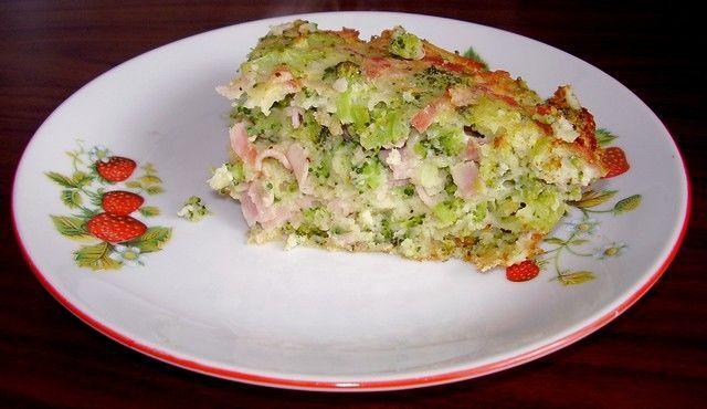 Brokolicový nákyp: Syrovou brokolici nadrobno nasekáme, přidáme vejce, mouku s práškem do pečiva, nadrobno krájený salám, strouhaný muškátový oříšek a česnek....