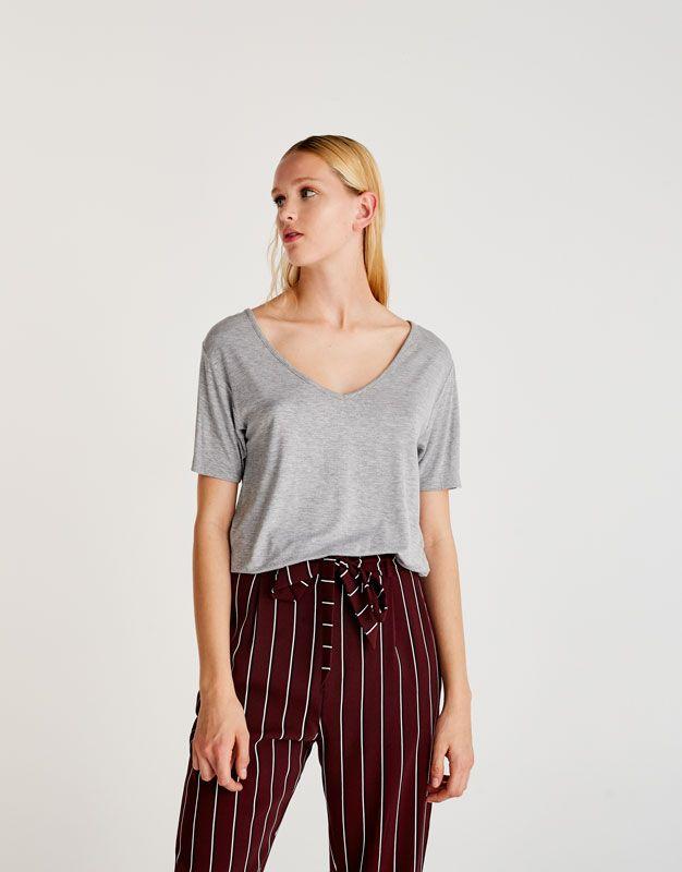 https://www.pullandbear.com/fr/en/woman/clothing/t-shirts/basic-v-neck-t-shirt-c29020p500374100.html