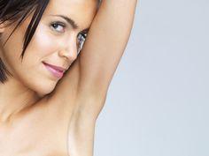 ¿Te da vergüenza levantar los brazos? ¡Deja de acomplejarte por la sombra en tus axilas! En este artículo te enseñaremos cómo aclarar axilas oscuras para que vuelvas a lucir orgullosa tus musculosas y prendas sin mangas.La piel de las axilas se puede oscurecer por varias razones. Entre ellas, la principal es la t