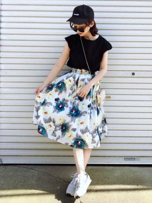 ご覧いただきありがとうございます✨  明日からお休み♡  花柄スカートはしまむらで1300円くらいでした! キャップに合わせてみました✨  Instagram→miyaco.wear