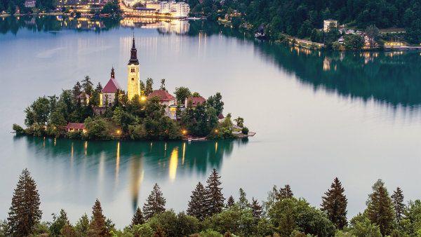 Úspěšné ženy si předávají zkušenosti u slovinského jezera Bled.