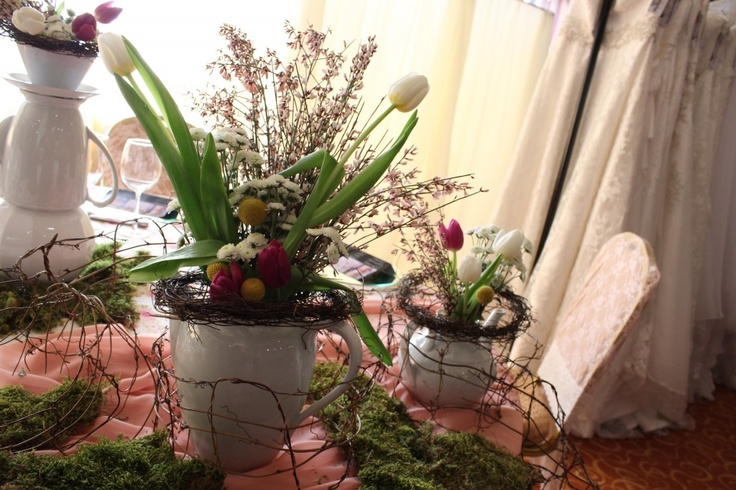 Aranjament floral cu lalele albe si mov