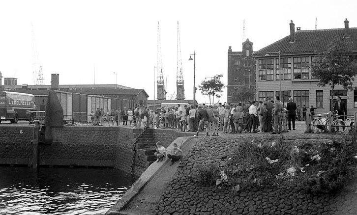 Katendrecht bananenboot aan de Maashaven aan de achterzijde erboven uit het badhuis 1962
