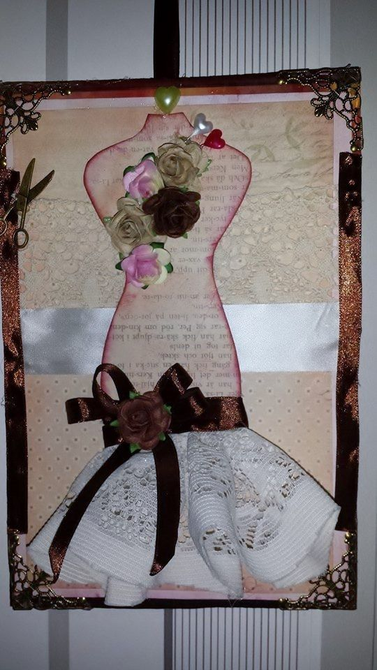 Cuadro confeccionado con papel scrapp, con los detalles en encajes y cintas.