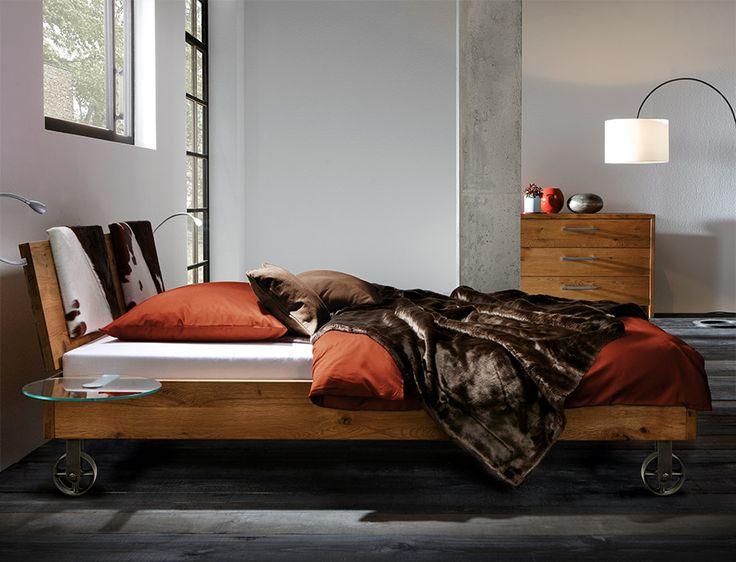 Massivholzbetten modern  Wildeichen-Bett mit stabilen Rollen-Füßen. | Betten.de #industrial ...