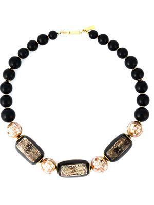 массивное ожерелье из бусин