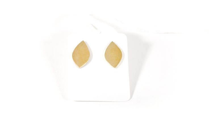 closed drawing studs brass