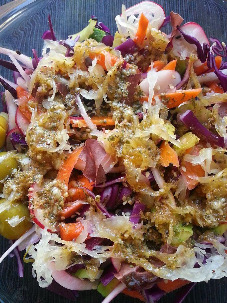 Ensalada de lombarda, zanahoria, rábanos y remolacha con salsa de semillas