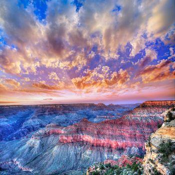 グランドキャニオンは世界遺産にも登録されている、アリゾナ州北部にある峡谷です。  地層の重なりに空の色が反射して、まるで夢の国の様な、この世のものとは思えない夕焼けですね。