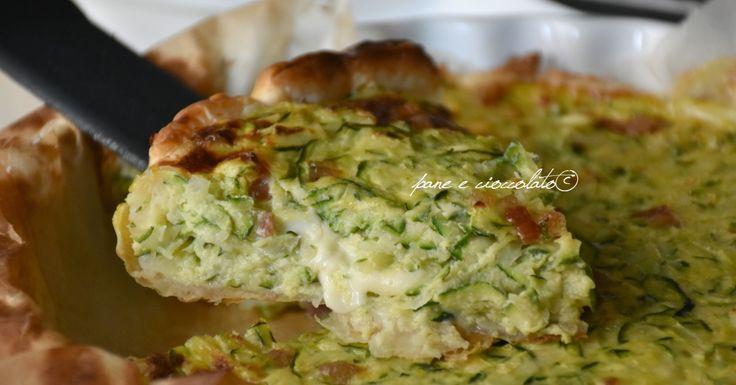 Torta di zucchine a freddo semplice da fare e con un fondo di sfoglia perfetto e croccante, ideale come torta salata da antipasto.