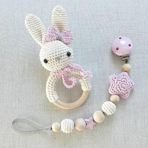 Creme und rosa - sehr beliebt! Und ich liebe es auch :-) @hlya.c #häkeln #handmade #babygirl #rassel #schnullerkette #rosa