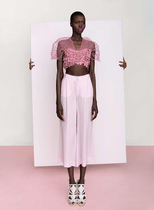 Chica morena vestida de rosado. Fabulosa.