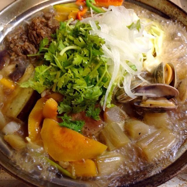チョット涼しくなったので TVのオックステールスープに触発されてシャンツァイ大盛り - 64件のもぐもぐ - アサリ イカ 牛肉と夏野菜の塩味鍋 香菜載せ by sasachanko