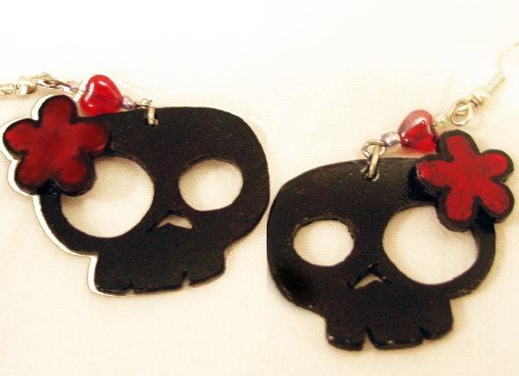 Schattig stoere schedel oorbellen van CuteNerdy op Etsy, $15,00