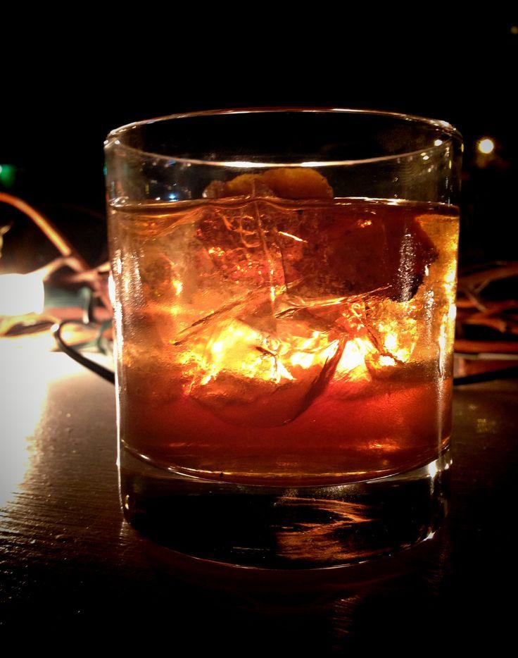 Σήμερα για αλλαγή, σας παριουσιάζουμε ένα απο τα πιο απλά κοκτεϊλ που μπορείτε να φτιάξετε. Το Godfather λέγεται ότι ήταν το αγαπημένο ποτό του Μάρλον Μπράντο. Πρωτοφτιάχτηκε τη δεκαετία του 1970.