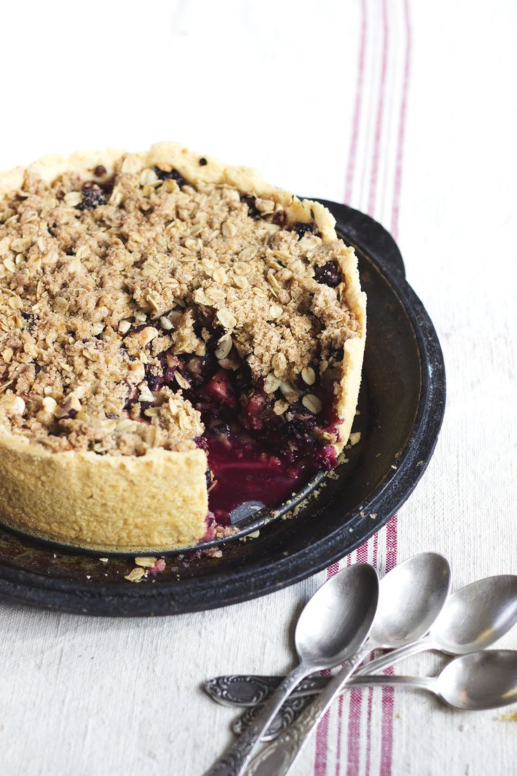 Apple, hazelnut and blackberry pie with sweet oatmeal crumble. Perfect cake for the start of fall. Check it now or save for later