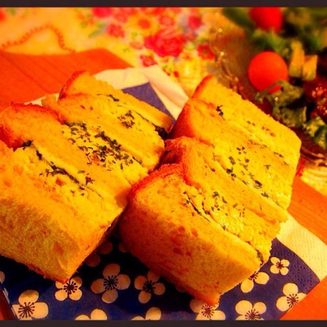 ホームベーカリーで人参ジュースの食パン焼いて、サンドイッチに♥️ 人参の甘みが効いてていつもとちょっと違うサンドイッチに(^人^) 綺麗なオレンジのパンになったけど、写真がちょっと微妙だな…f^_^;) - 13件のもぐもぐ - 人参ジュース食パンで卵サンドイッチ by tomomaru