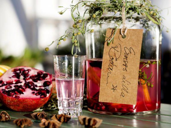 Kolsva julsnaps, Gör din egen snaps till i jul, denna är smaksatt med malört, stjärnanis och granatäpple. Enkelt och jättegott.