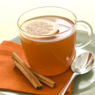 Té helado a la canela. Recetas telva: Preparación      1. Hervir el agua y las pieles de melocotón, limón y la canela. Dejar 4-6 minutos y añadir el té.     2. Apagar el fuego, dejar en infusión 7 minutos.     3. Colarlo y añadir el azúcar y el hielo. Tomarlo frío