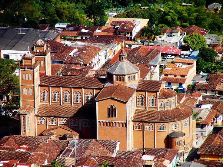 Aquí la de es Catedral Virgen de las Mercedes, Jericó, Colombia. Jericó es una ciudad con la mayoría de todas las iglesias. Esta catedral es conocida como una de las iglesias más hermosas de Colombia.