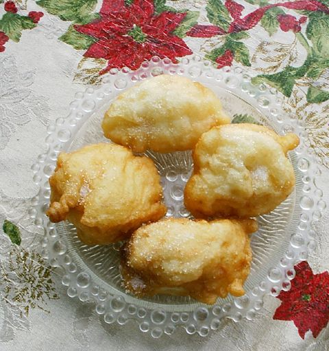 Zeppoli di Vigilia di Natale (Christmas Eve Fritters dusted with table sugar)