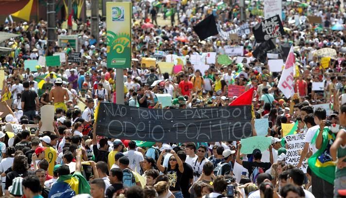 Faixas de protestos contra políticos são usadas na manifestação Foto: Ivo Gonzalez / Agência O Globo