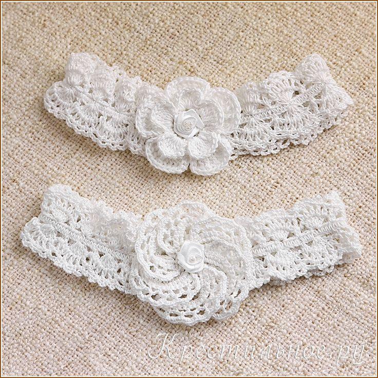 Ажурная повязка на голову, связанная крючком из хлопковой пряжи, украшена крупным вязаным цветком.