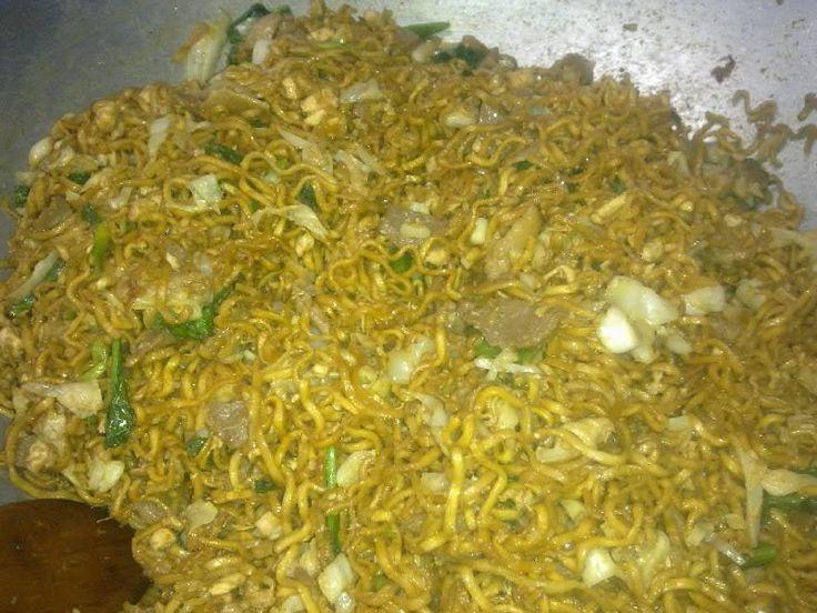 Bakmi Goreng bikinan Chef Anto untuk acara arisan keluarga besar Tamihardjo di Pondok Jaya, Jakarta Selatan. Dibuat dengan resep rahasia yang diperoleh lewat wangsit setelah semadi 9 hari 9 malam di Gunung Slamet, terdiri dari 9 bumbu dan 9 jenis campuran pelengkap. Lezatnya mantap surantap 9 turunan! 11 Mei 2014.