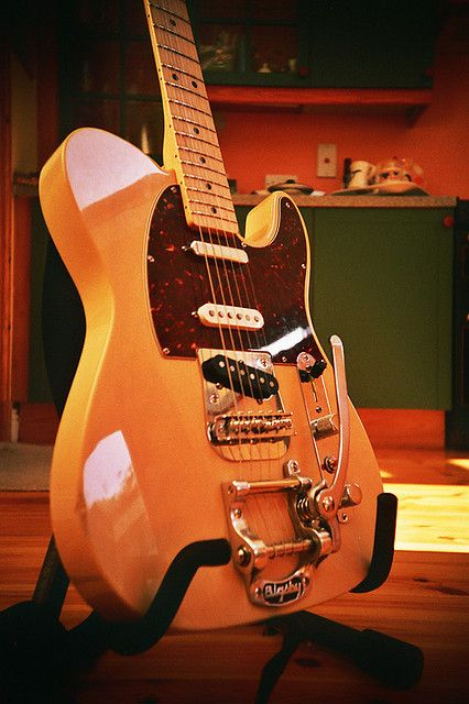 Tele with a bigsby, just perfect.   Meu sonho <3 tele com bigsby