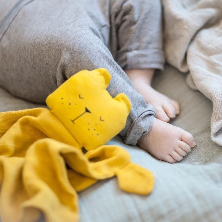 Time for bed Lazy Bear 🌙  •  #timeforbed #goodnight #cuddlyfriend #cuddle #nusseklud #teddy #bear #bjørn #kuscheltuch #babyfeet #newborngift #barselsgave #fabelab #organiccotton #muslin #swaddle