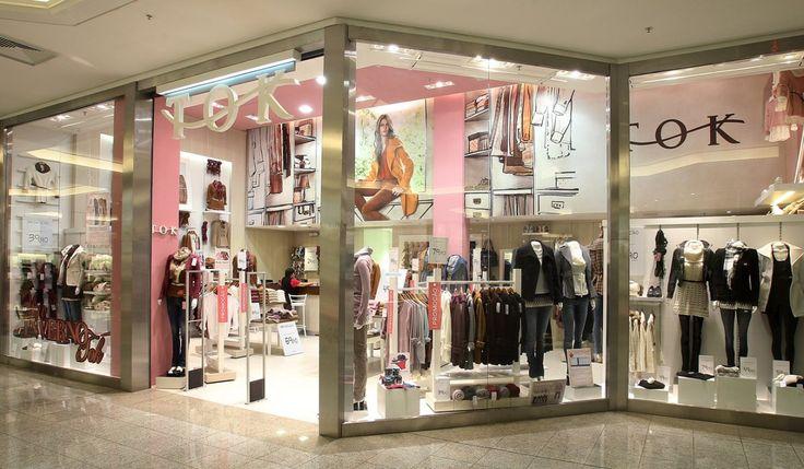 TOK - Rede de 22 lojas de roupas femininas que ocupam espaços de rua e também dos principais shoppings da região Sul do Brasil. As lojas contemplam exposição/atendimento, caixa, provadores, descanso e estoque (mezanino ou sobreloja). Área Média = 83m²