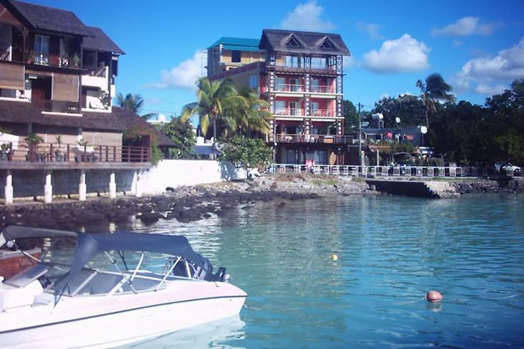 Grand Baie hat eine gute Busverbindung, die zu den wichtigsten Standorten in Mauritius Verbindung unterhält – mit dem Bus sind Port Louis (30 Minuten, ca. 1 Euro) oder andere Städte wie Triolet, Goodlands oder Grand Gaube leicht zu erreichen.