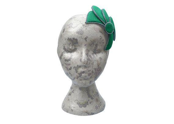 Smaragd Grün & Silber Fascinator  Zip und Filz von RosalieFrench