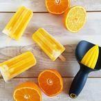 Split ijsjes met sinaasappel, yoghurt en mango. Simpel te maken en zonder geraffineerde suikers.