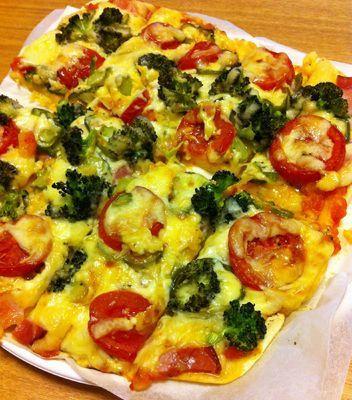 【nanapi】 昔、友達が泊まりに来たときに母が焼いてくれたピザのレシピを参考にしました。ピザの生地を発酵させたり放置させたりする必要がないので、パッと作ってすぐ焼いてすぐ食べられます!特別な材料も必要ないので、オーブンさえあれば、簡単に作ることができます。その割にとてもおいしくできるので、お...