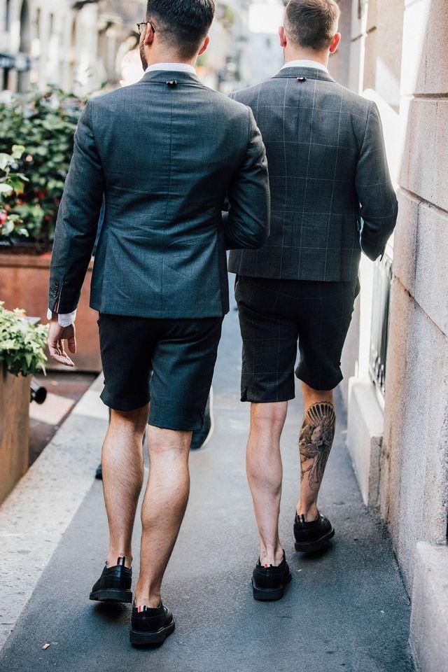 Une étoile nautique au creux de l'avant bras, des impressions graphiques en all over ou encore des motifs régressifs, l'encre s'exhibe fièrement cette saison, couvrant la peau comme un véritable accessoire. Zoom sur les plus beaux spécimens aperçus dans les rues de Milan lors de la Fashion Week.