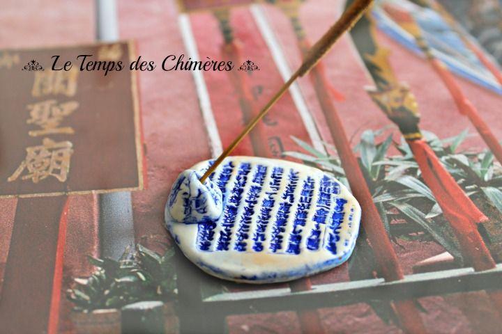 Porte encens en porcelaine froide ton blanc et bleu motif calligraphie bien être zen : Accessoires de maison par le-temps-des-chimeres