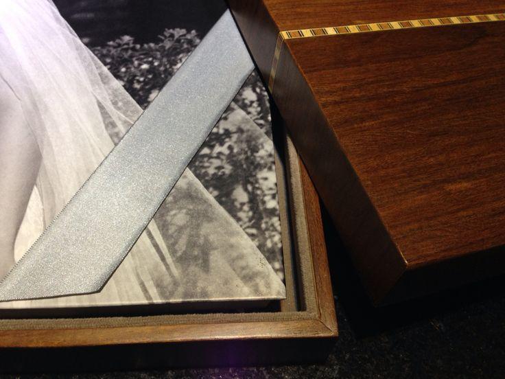 Álbum de casamento 35x35cm com caixa de madeira e detalhe em marchetaria.