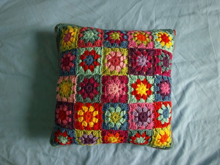 Summer Garden Squares Cushion – Tadaaah! « Little Tin Bird. Granny patterns and links back to Lucy for joining. Nice bullseye pattern on there I posted yesterday! Great blog. xox