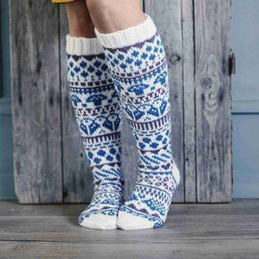 Upeat kirjoneulesukat saivat nimekseen Sadepäivän sukat. Mallin loi kirjoneuletaituri Niina Laitinen. Neulo sukat Niinan ohjeella.